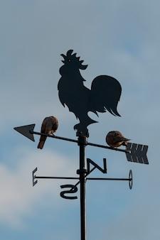 Martillo de viento con dos palomas