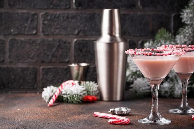 Martini de menta rosa con borde de bastón de caramelo
