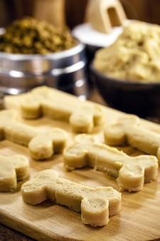 Masa de comida para perros en forma de hueso, masa cruda para cocinar en casa