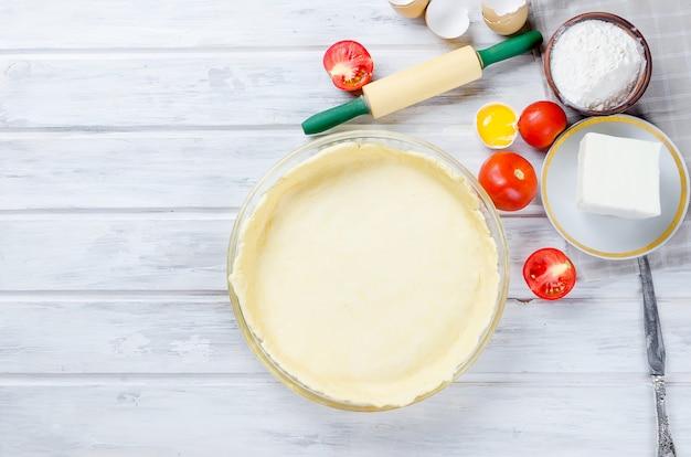 Masa cruda de mantequilla para preparar un pastel