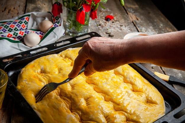 Masa exprimida por el cocinero con un tenedor