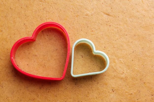 Masa para hacer galletas en forma de corazón el día de san valentín