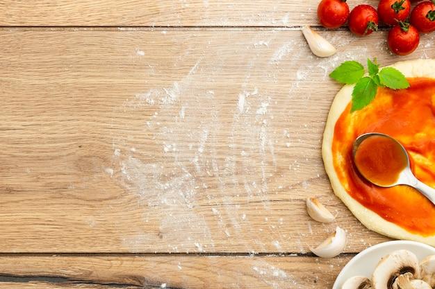 Masa de pizza con salsa de tomate y ajo.