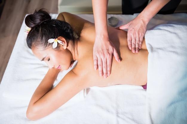 Masaje de aceite tailandés a mujer asiática