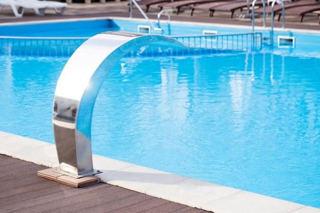 Masaje de agua en el primer plano de la piscina de verano.