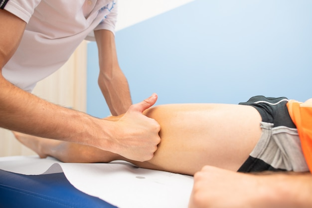 Masaje a un atleta por un fisioterapeuta.
