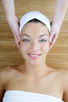 Masaje de cabeza sobre bambú, mujer de ojos azules.