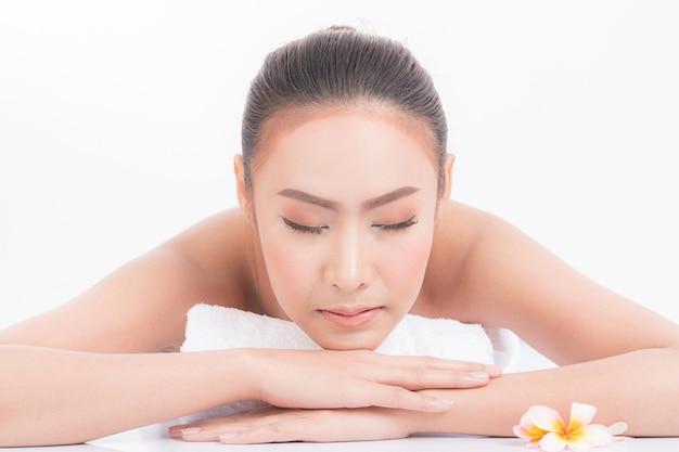 Masaje de cara para mujer en salón de spa.