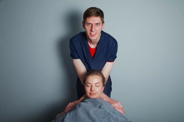 Masaje deportivo de bienestar en la sala médica del gimnasio. masajista hace ejercicios de masaje. masaje terapéutico regenerador del cuerpo deportivo. conceptos de rehabilitación de lesiones deportivas. copia espacio