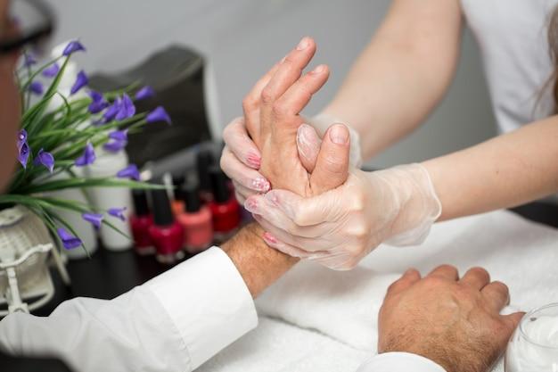 Masaje después de la manicura. macro de manos masculinas y femeninas.