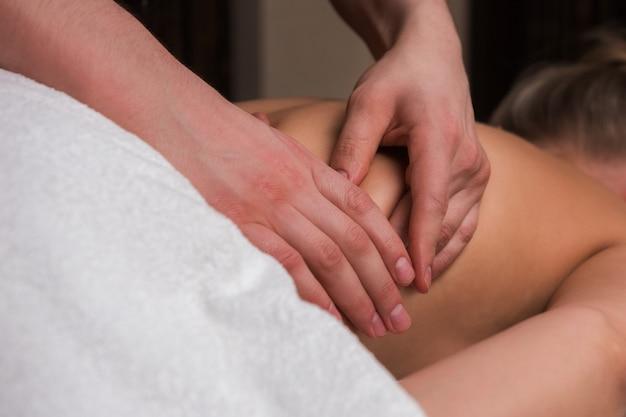 Masaje de espalda a mujer.
