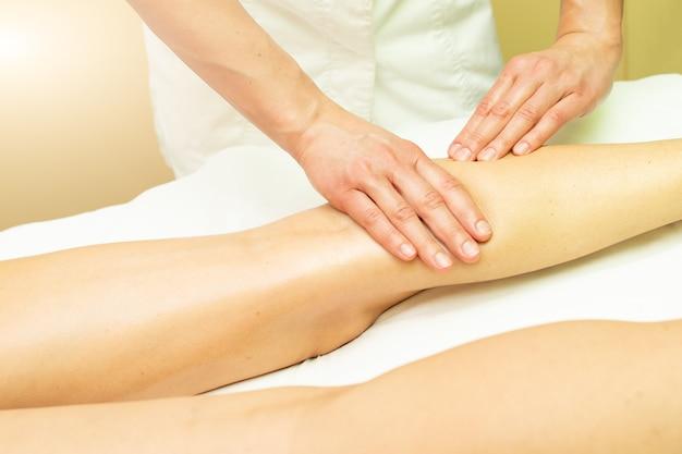 Un masaje estético para terneros en un estudio de estética.