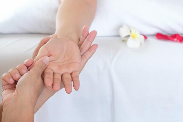 Masaje a mano en una sala de spa