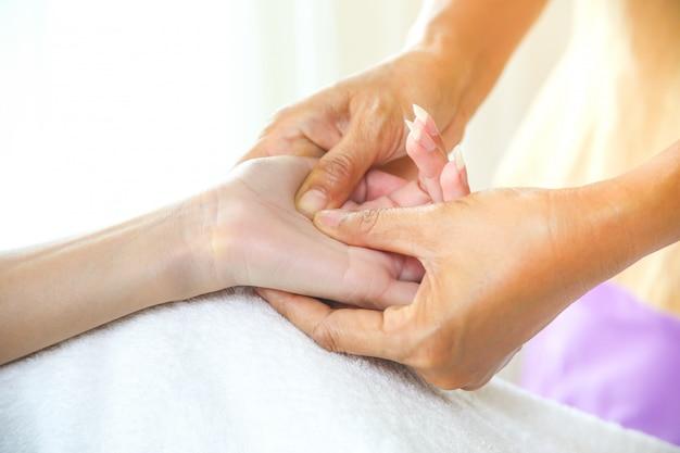 Masaje de manos femenino con masaje de punto de presión