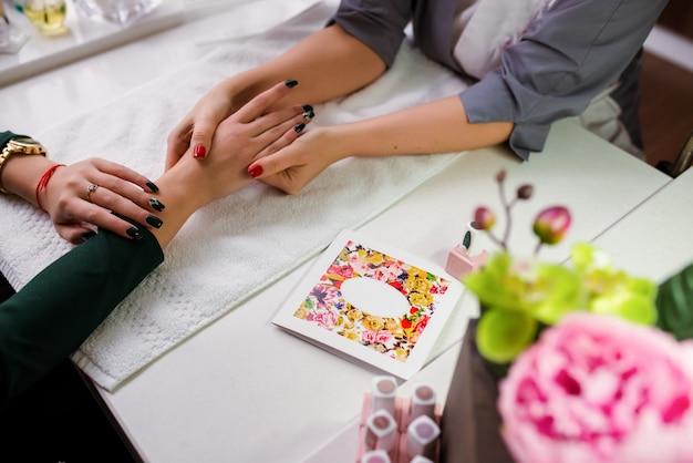 Masaje de manos en manicura.