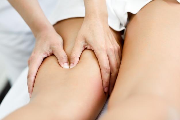 Masaje médico en la pierna en un centro de fisioterapia.