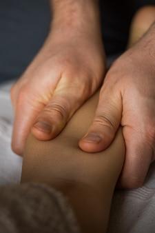 Masaje en el pie del bebé