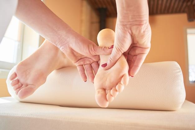 Masaje de pies de cerca en el salón de spa