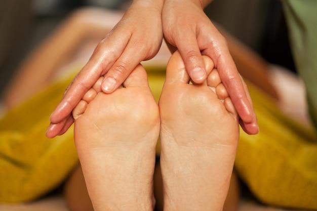 Masaje de pies para una mujer en un spa