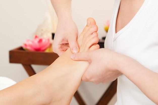 Masaje de pies en spa