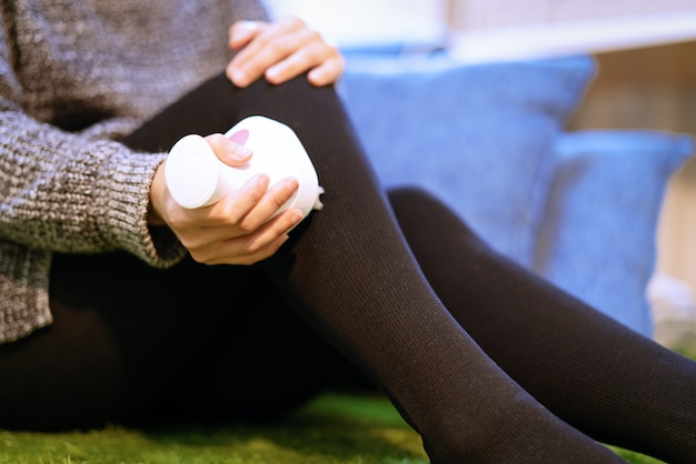 Masaje relajante, máquina eléctrica de masaje de rodilla y pierna en pierna de mujer.