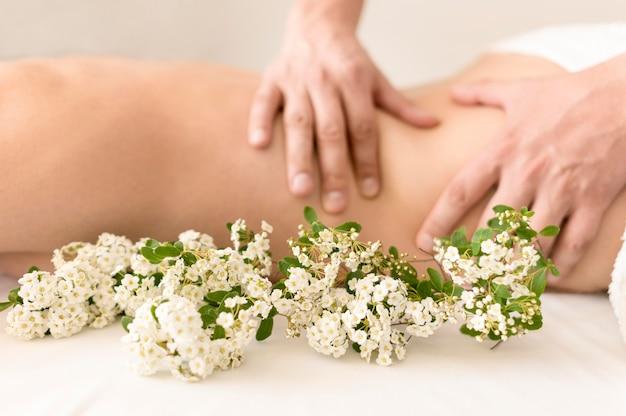Masaje terapeutico con flores