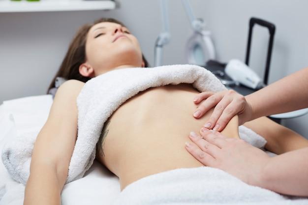 Masaje de vientre en el club de spa
