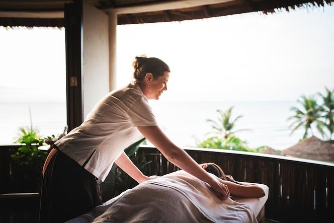 Masajista masaje en un spa