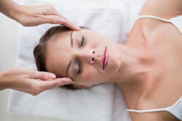 Masajista masaje mujer