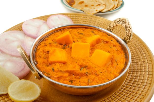 Masala de mantequilla de queso de cocina popular india servida con tandoori roti