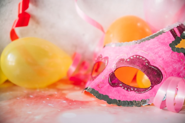 Máscara de arte con globos y cintas.