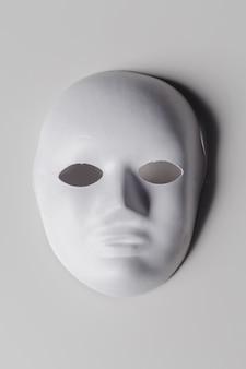 Máscara blanca de cerca