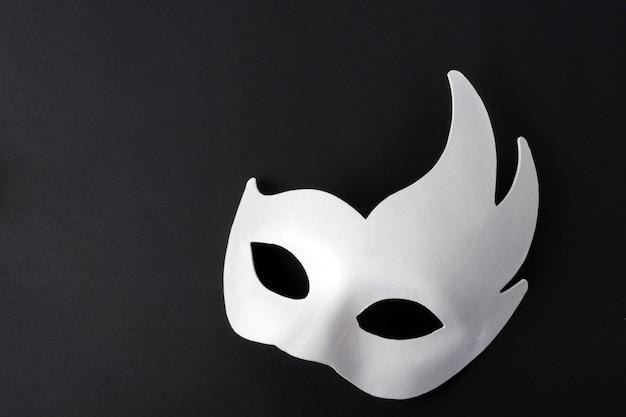 Máscara blanca sobre un fondo negro. lugar para copyspace.