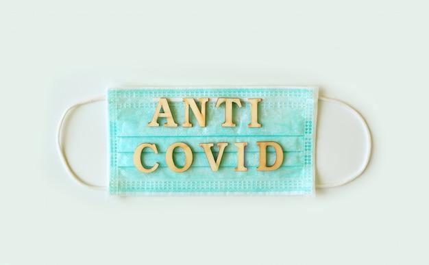 Máscara de blindaje médico con la palabra anti covid aislado sobre fondo blanco.