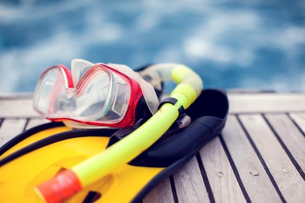 Máscara de buceo y aletas a la izquierda en el barco