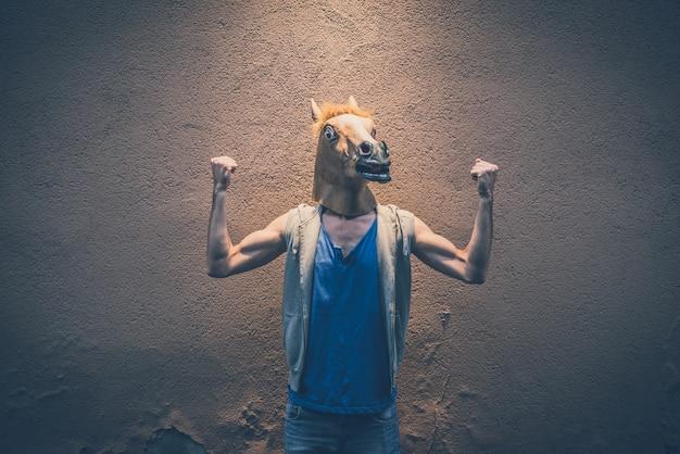 Máscara de caballo joven hipster hombre gay