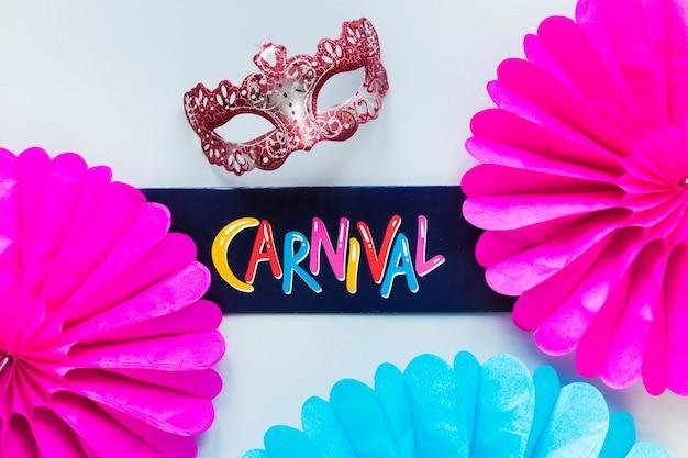Máscara de carnaval con abanicos de papel