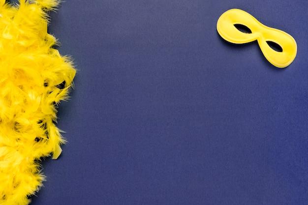 Máscara de carnaval amarilla con espacio de copia