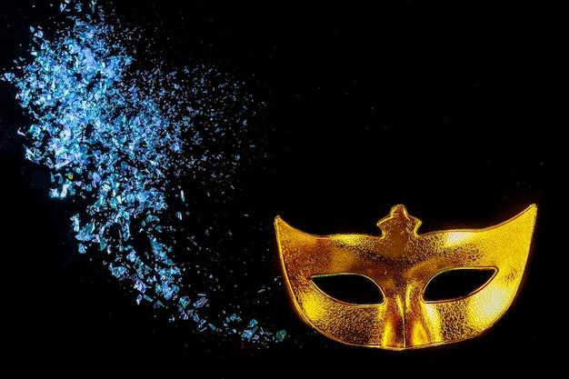 Máscara de carnaval amarilla para mascarada. fiesta judía de purim.