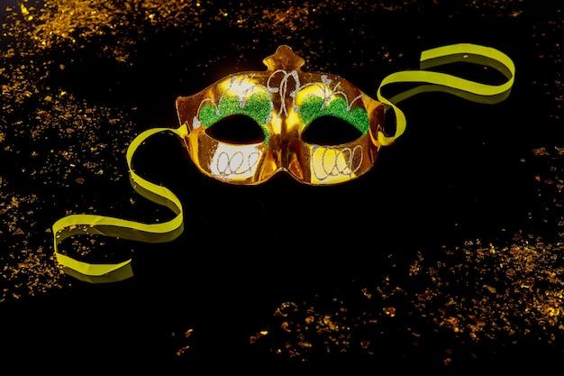 Máscara de carnaval amarilla para mascarada.