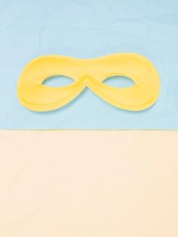 Máscara de carnaval amarillo sobre doble fondo