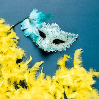 Máscara de carnaval azul en primer plano de fondo azul