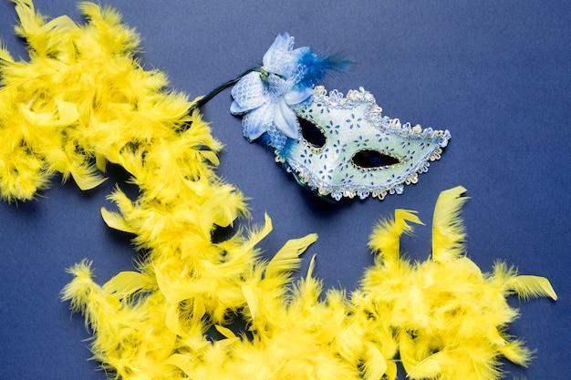 Máscara de carnaval azul sobre fondo azul.