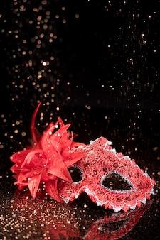 Máscara de carnaval con brillo y espacio de copia.