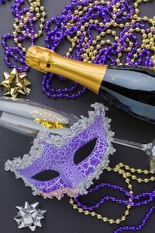 Máscara de carnaval con champaña y joyas.