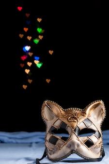 Máscara de carnaval con coloridos corazones borrosos