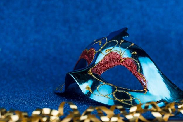 Máscara de carnaval con decoración