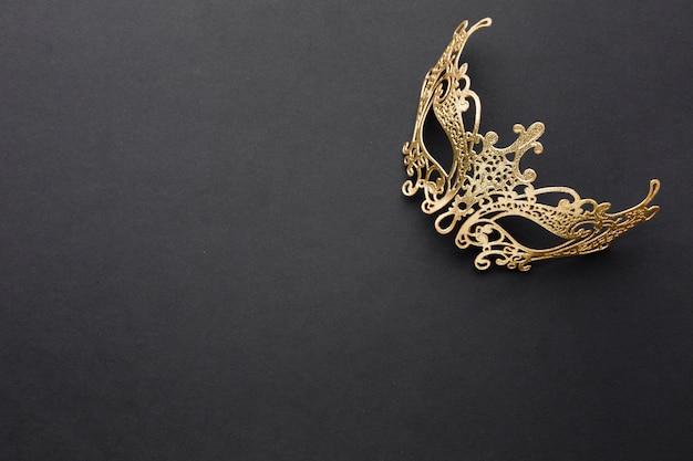 Máscara de carnaval dorado con espacio de copia