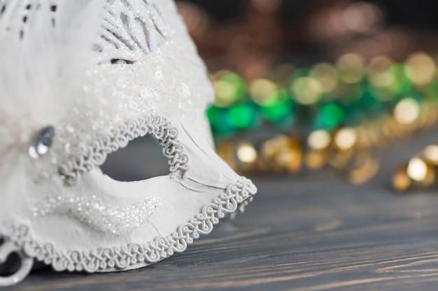 Máscara de carnaval en mesa de madera