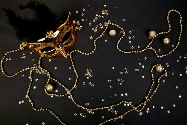 Máscara de carnaval negra y dorada. vista superior